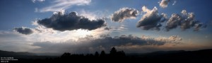Patrząc z Góry Ścibora w kierunku zachodzącego słońca. Zapada wieczór nad bieszczadzkim jeziorem…