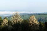 Wschodzące słońce rozprasza mgły tworzące się nad jeziorem każdego pogodnego ranka