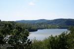 Ale niestety to pozory! Okolice jeziora, szczególnie w sezonie letnim do bezludnych nie należą, a zabudowa brzegów kwitnie…